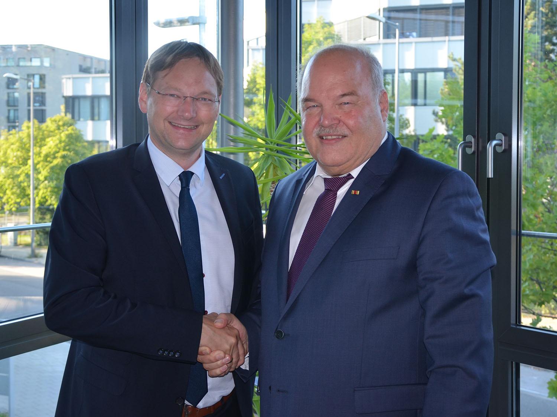 Staatsminister Dr. Reichhart und Präsident Vetterl nach deren Gespräch